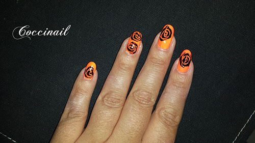 Nail art roses ethniques